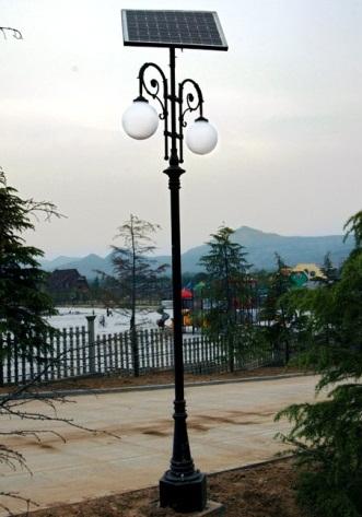 конструкцией стальной опоры с солнечной панелью и уличным светильником