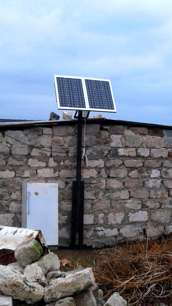 Трубостойка солнечных панелей для удобства монтажа и обслуживания опускается посредством нижней оси.